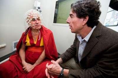 Richard Davidson testa un meditante nel suo laboratorio.