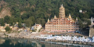 A_temple_on_the_east_banks_of_Ganges._Rishikesh