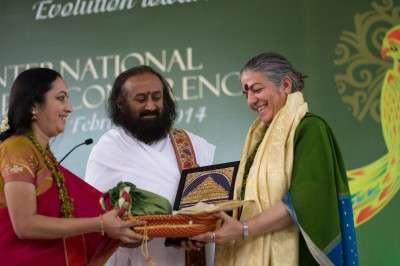 Smt. Bhanumathi Narasimhan e sri Ravi Shankar premiano Vandana Shiva