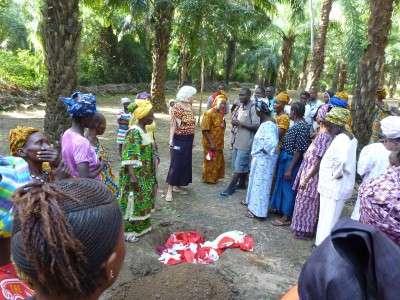 Le donne sepelliscono il copricapo rosso, simbolo della cerimonia dell'escissione.