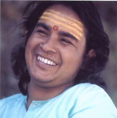 Un'immagine gioiosa del Guru.