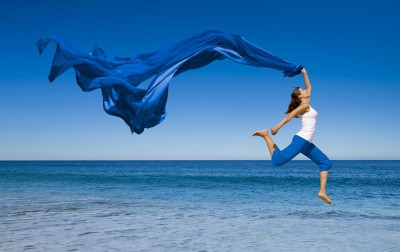 Women-jumping-at-the-beach-1