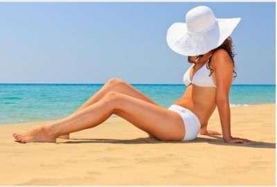 femme-qui-bronze-sur-la-plage