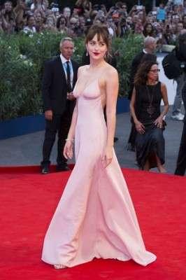 L'abito Rosa Quarzo dell'attrice Dakota Johnson alla Mostra di Venezia 2015