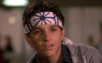 """Daniel Larusso è """"Karate Kid"""", un ragazzino vittima del bullismo di alcuni ragazzi abili nel karate."""