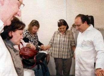 Il dr. Felipe inizia la giornata con una preghiera di gruppo.